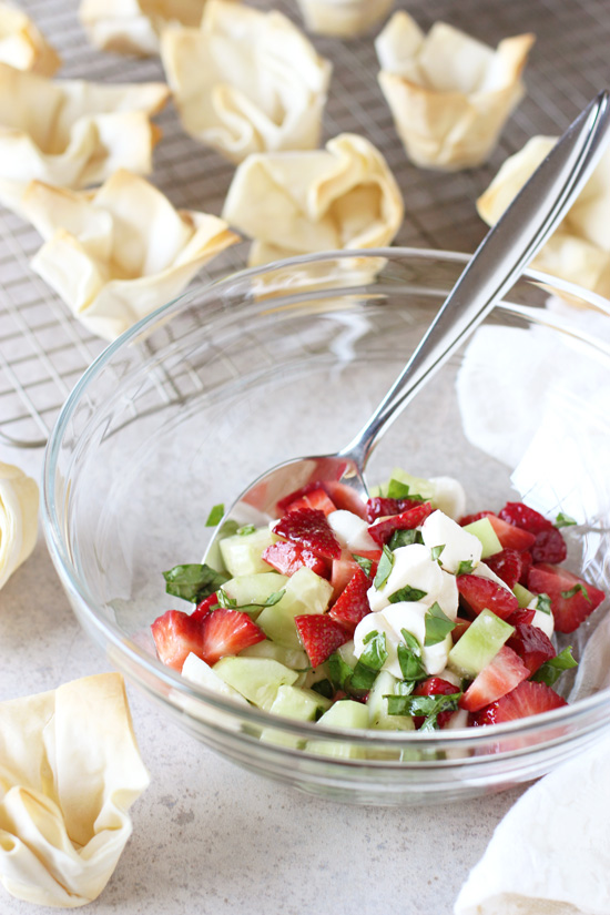 Recipe for strawberry, cucumber and mozzarella phyllo cups. A light and simple appetizer with homemade crispy phyllo cups and finished with balsamic glaze!
