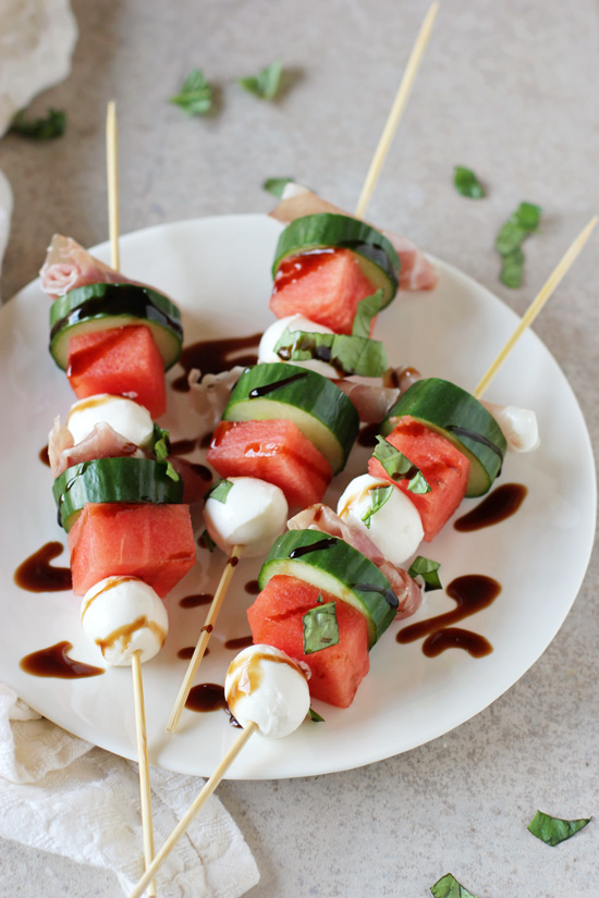 Recipe for watermelon, mozzarella and prosciutto skewers. A sweet and salty, super simple appetizer. Perfect for parties!