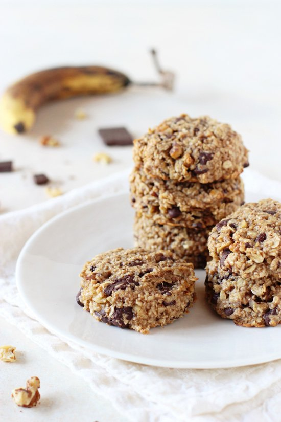 Healthy and freezer-friendly banana bread breakfast cookies! Filled with oats, honey, walnuts and dark chocolate! Naturally gluten-free!