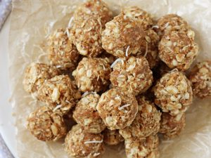 These simple toasted coconut and macadamia energy bites are a perfect wholesome snack! And they taste like a white chocolate macadamia nut cookie!