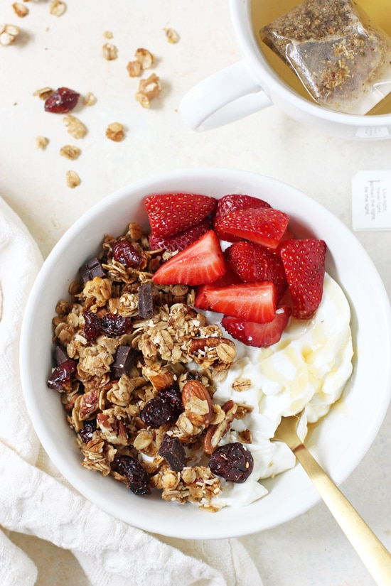 This homemade berry chocolate coconut granola is irresistible! Made with oats, a mixture of raw nuts and seeds, olive oil and dark chocolate!