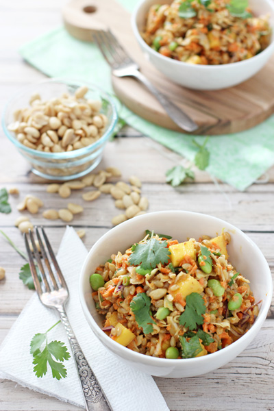 Fresh & fun thai barley salad! With chewy barley, sweet mango, colorful crunchy veggies and a dreamy peanut dressing.