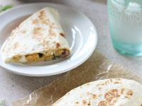These greek chickpea quesadillas are a healthy and easy meal! Cheesy, crispy and filled with plenty of veggies! With homemade tzatziki for dunking!