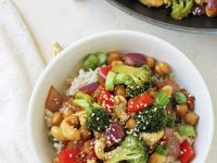 A 30-minute healthy orange chickpea and broccoli stir-fry! With crisp veggies and a fantastic bright and tangy orange sauce!