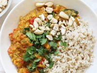 This easy slow cooker sweet potato spinach curry is healthy and packed with flavor! With a creamy coconut milk base, red lentils and bell pepper! Vegan & gluten free!